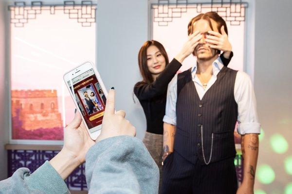 游客在使用小度POSE智能拍照指导