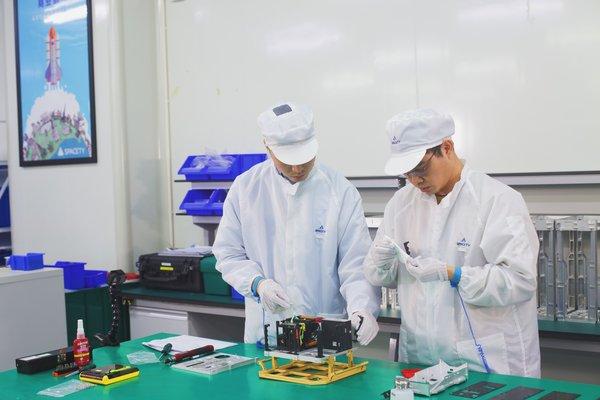 图为天仪研究院航天实验室装配伍六七卫星