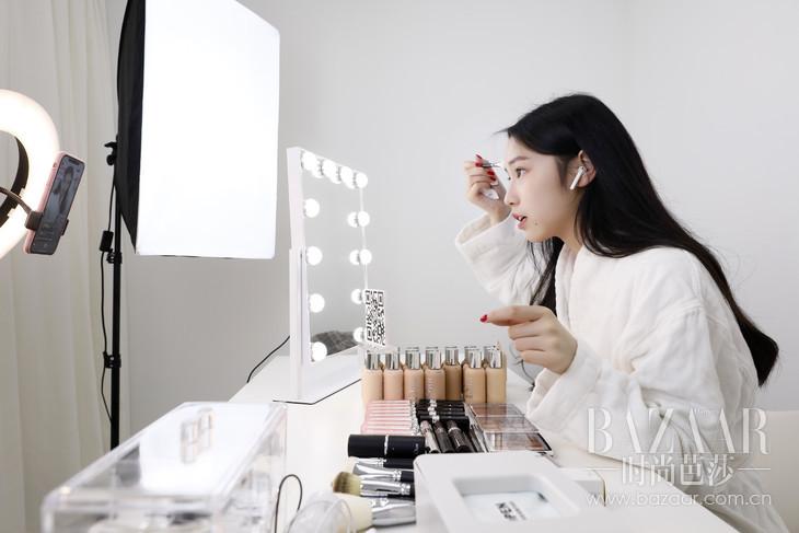 美妆博主于线上直播平台展示Dior Backstage的精美妆效-1