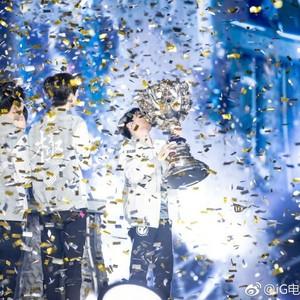 iG夺冠电竞圈C位出道,为了梦想而活的是真的燃!