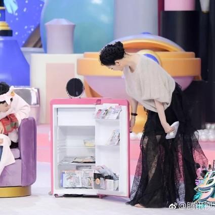 佘诗曼解锁冰箱新用处,保鲜美容产品的同时还能帮助去水肿?
