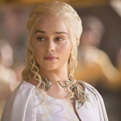 """女王就该上扬眼线配大红唇?""""龙妈"""" 霸气演绎清淡欧美妆!"""