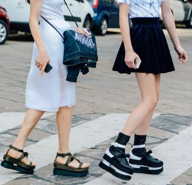 这个夏天酷女孩标配的老头儿凉鞋,你还真不一定穿得了!