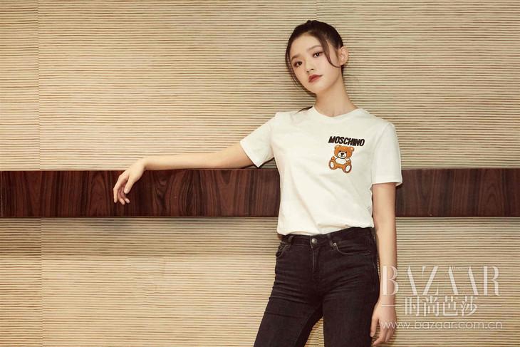 林允身穿MOSCHINO 2019春夏系列泰迪小熊刺绣图案T恤