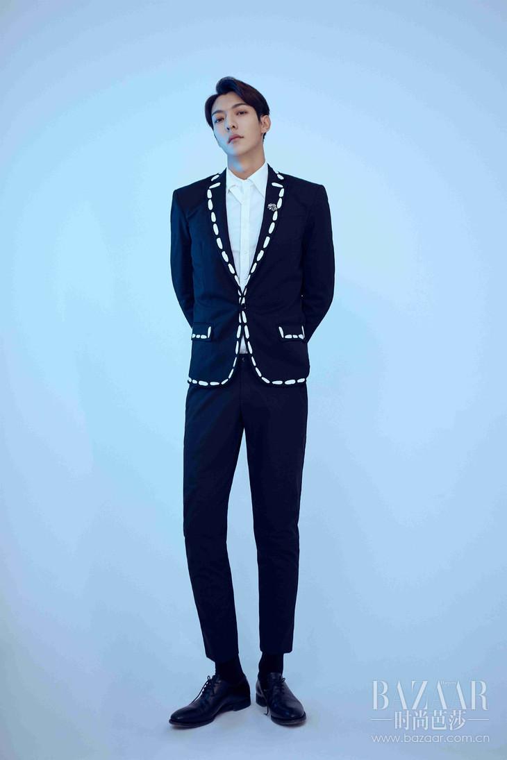 ONER 卜凡身穿MOSCHINO 2019春夏系列缝纫印花西服外套