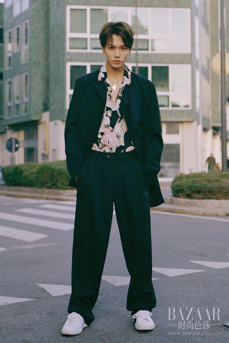 林彦俊身着Fuyugi印花衬衫