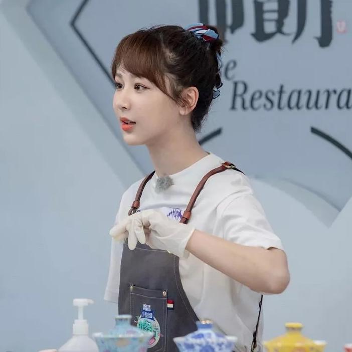 """@杨紫,你参加的不是《中餐厅》,而是""""锁骨发""""造型比赛吧?"""