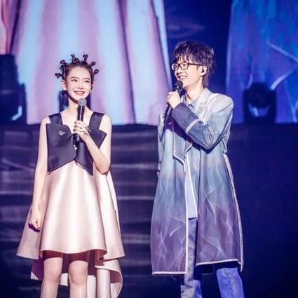 戚薇助阵许嵩演唱会看起来只有18岁?终极丸子头实力抢镜!