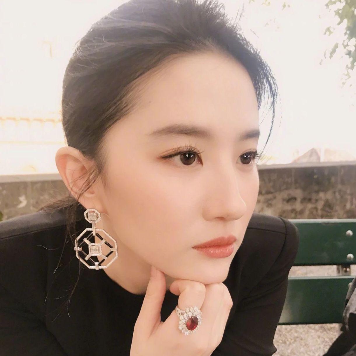 刘亦菲的神仙左侧颜太美了吧!王心凌也坚持左脸营业15年...为啥?