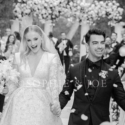 Joe Jonas穿着Berluti与Sophie Turner举行婚礼