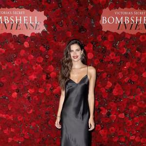 维密在纽约投了一颗红色炸弹,钟楚曦的威尼斯玫瑰妆原来是阿玛尼定制的【每周时报】