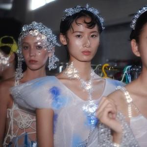 "SUSAN FANG 2020春夏系列发布会     ""我的眼睛总是跟着光,和它反射在气泡上短暂的小彩虹。"""