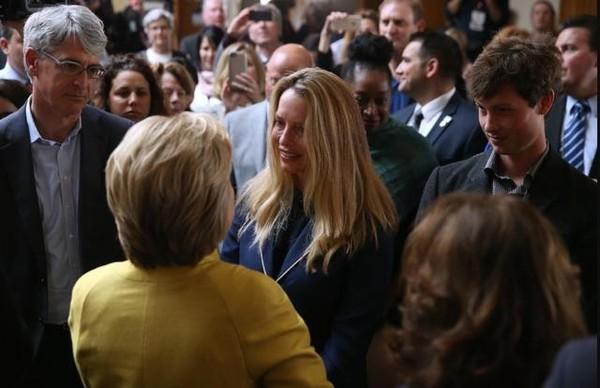 """她说""""对积累财富不感兴趣"""",所以裸捐了250亿?"""