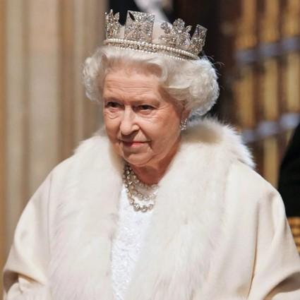 """听说这一届年轻人只穿""""假皮草""""?连英国女王都跟了风!"""