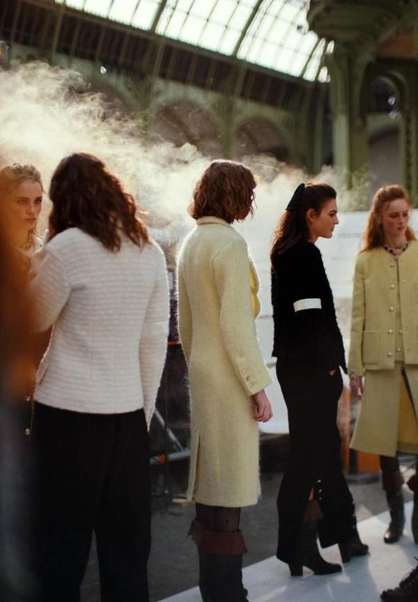 好想跟CHANEL女郎们一样,时髦地挽着手上街