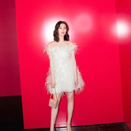 穿羽毛裙的刘诗诗是人间仙女吧?张雨绮这朵富贵花你品一品