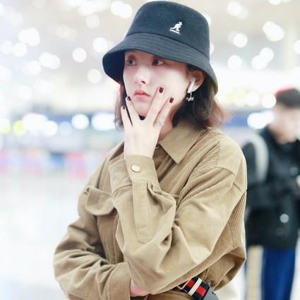 宋祖儿身着MO&Co. 2019冬季棕色工装连体裤现身机场