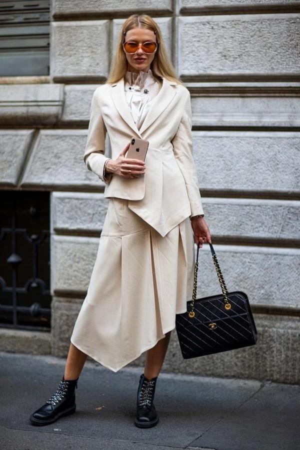 阔别这么久,女同事身上的西装也变得不一样了