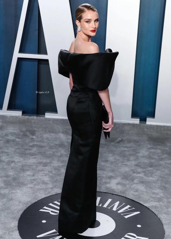 寡姐终于穿对了一次,给罗茜这条小黑裙的气场跪了