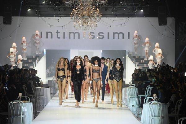 "Intimissimi 2019 秋冬""纯白歌舞""时装秀"