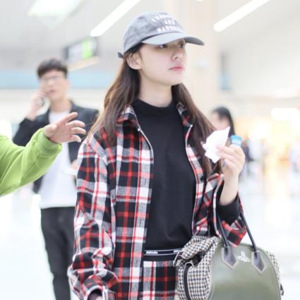 """""""贪吃少女""""现身,林允今日身着MO&Co. 2019冬季系列格纹套装现身机场,"""