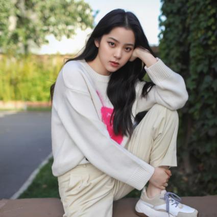 欧阳娜娜身着MO&Co. 2019冬季系列