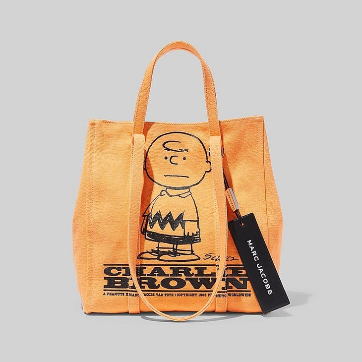 PEANUTS X MARC JACOBS THE TAG TOTE(图案为:Charlie Brown)售价:3,650