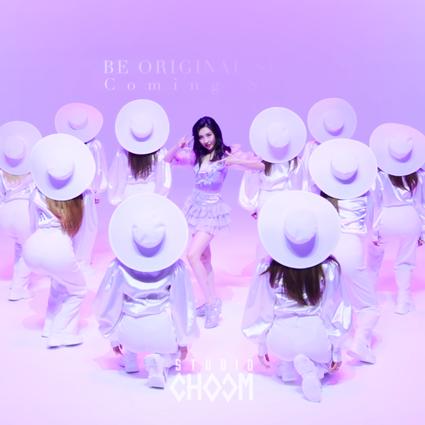 韩国歌手宣美穿JIMMY CHOO经典DIAMOND运动鞋 华丽亮相新歌'PPORAPPIPPAM'首秀
