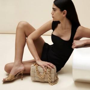 Mytheresa发售Bottega Veneta独家色系鞋包