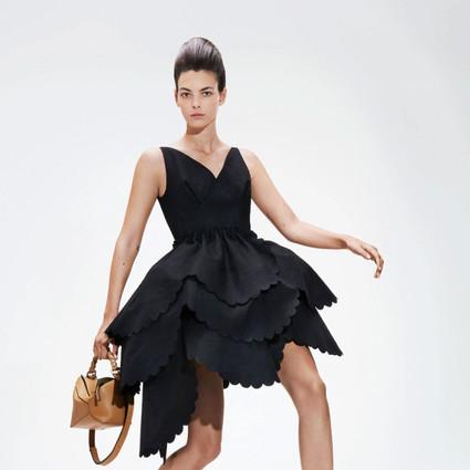 我已经忍不住穿着LOEWE的泡泡裙在墙前跳舞了