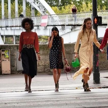 一群未来可期的Chloé女孩走在大街上,唤醒每个人内心的希望