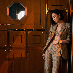 倪妮的西装不系扣太美,关晓彤这次的百褶裙我又可了!