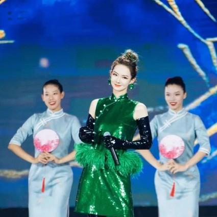 总以为戚薇的绿色旗袍不好穿,来个同款就真香!