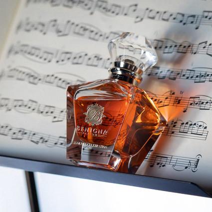 灵感来自STEM的精致水晶瓶加上生态友好的可持续包装,使Benigna Parfums成为值得您关注的一个奢华香水新品牌