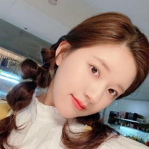 被赵露思的塑料韩语圈粉,但细看她搪瓷肌才更吸睛!
