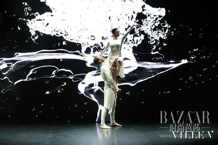 22 现代舞表演:湖中漫步