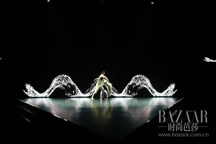 24 现代舞表演:湖中漫步