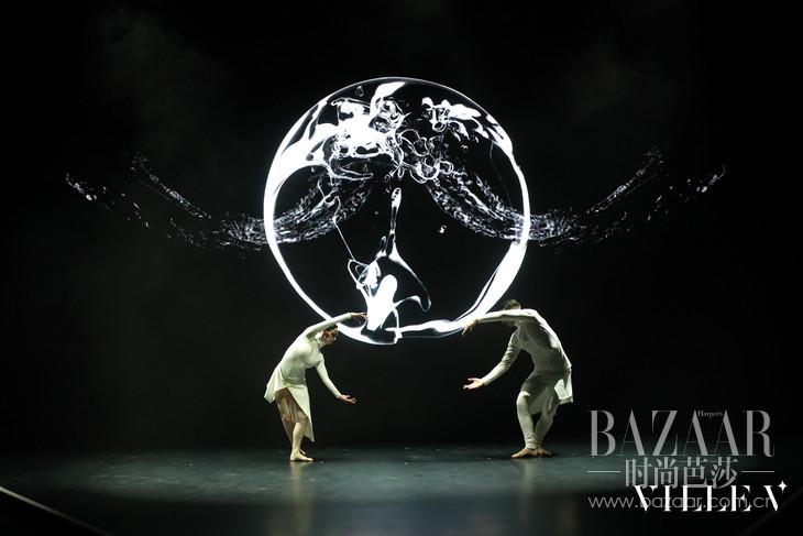 23 现代舞表演:湖中漫步