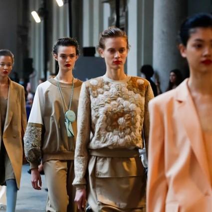 还没看够Max Mara的画廊珍宝,又被Versace带到了海底世界?