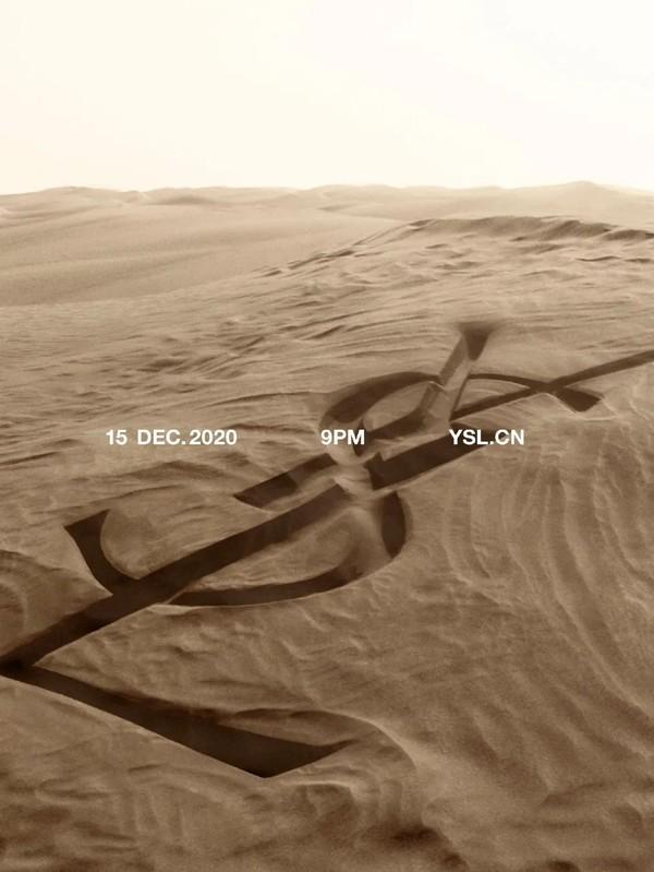 在广袤沙漠中释放性感的SAINT LAURENT