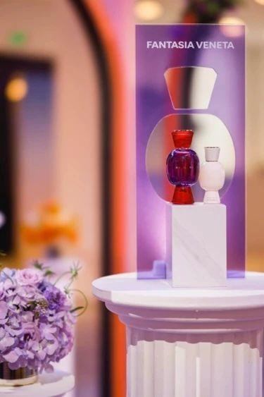 桌子上的花瓶里插满了鲜花低可信度描述已自动生成