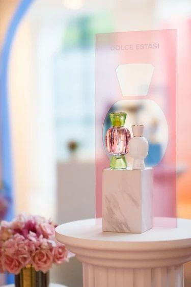 桌子上的花瓶里插满了鲜花中度可信度描述已自动生成