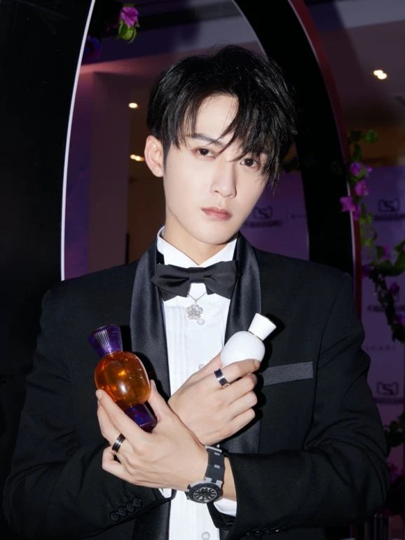 穿西装打领带的人手里拿着饮料中度可信度描述已自动生成