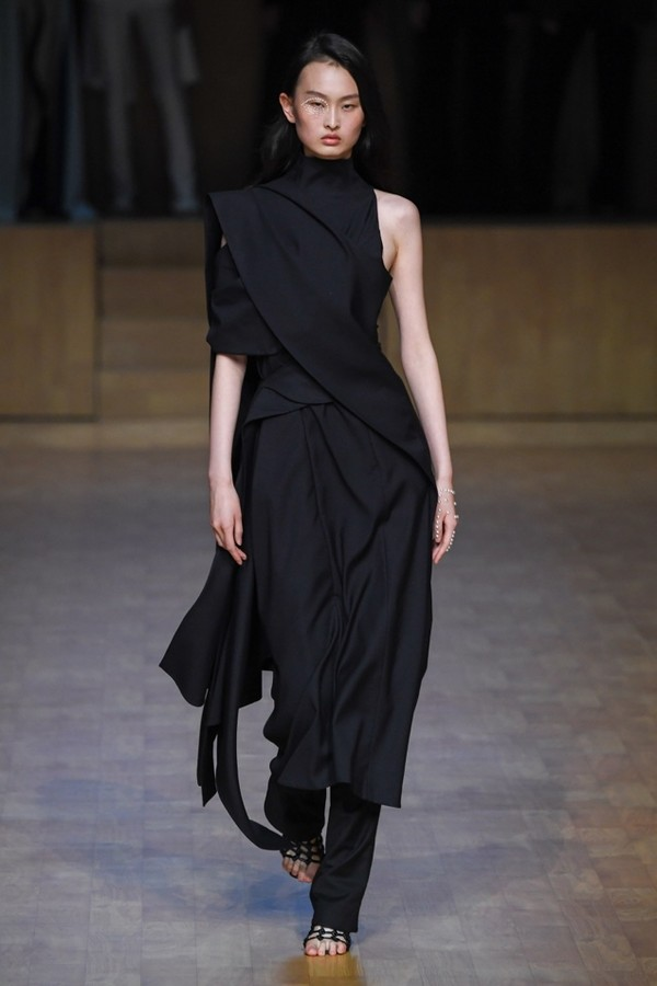 A person wearing a black dressDescription automatically generated with medium confidence